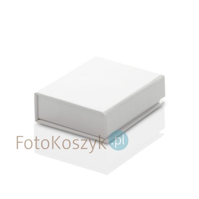 Białe, małe laminowane pudełko na pendrive drewniany