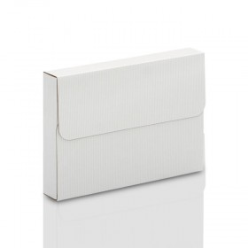 Białe pudełko z ryflowanej tektury na zdjęcia 15x21