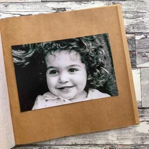 czarno-białe zdjęcie na brązowej karcie w albumie