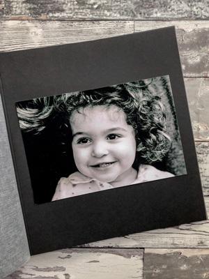 czarno-białe zdjęcie na czarnej karcie w albumie