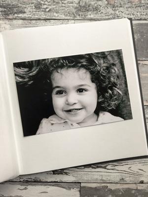 czarno-białe zdjęcie na kremowej karcie w albumie