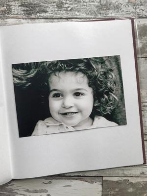 czarno-białe zdjęcie na białej karcie w albumie