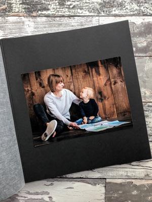 kolorowe zdjęcie na czarnej karcie w albumie