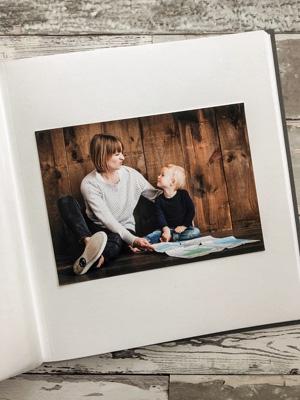 kolorowe zdjęcie na kremowej karcie w albumie